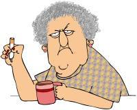Anziana con caffè e la sigaretta Fotografia Stock