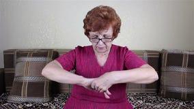 Anziana mani spalmate una donna con crema archivi video