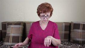 Anziana mani spalmate una donna con crema stock footage