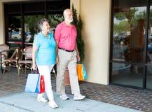 Anziani al centro commerciale fotografia stock
