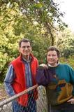 Anziani al loro cancello di giardino immagine stock libera da diritti