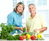 Anziani alla cucina immagini stock