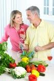 Anziani alla cucina fotografia stock libera da diritti