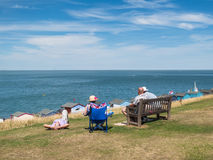 Anziani alla spiaggia in Gran-Bretagna Fotografia Stock
