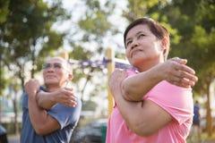 Anziani asiatici che allungano prima dell'esercizio Fotografia Stock Libera da Diritti