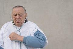 Anziani. attacco di cuore dell'uomo Fotografia Stock