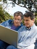 Anziani attivi al loro computer portatile Fotografia Stock