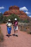 Anziani attivi che camminano sulla traccia di montagna Fotografia Stock Libera da Diritti
