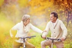 Anziani attivi che guidano bici fotografie stock libere da diritti