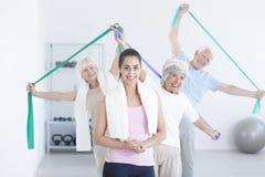 Anziani attivi di allungamento Fotografia Stock Libera da Diritti