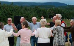 Anziani che ballano all'aperto Fotografia Stock