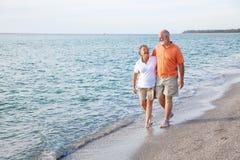 Anziani che camminano sulla spiaggia Immagine Stock