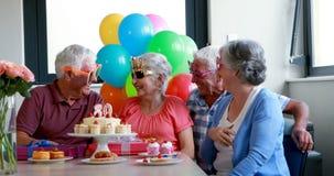 Anziani che celebrano la festa di compleanno archivi video