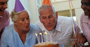 Anziani che celebrano un compleanno 4k archivi video