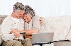 Anziani che comprano qualcosa sul Internet Fotografie Stock