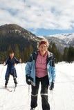 Anziani che fanno gli sport di inverno Fotografia Stock Libera da Diritti