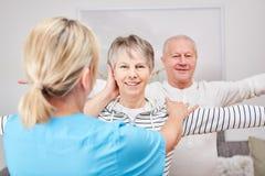 Anziani che fanno terapia occupazionale immagine stock libera da diritti