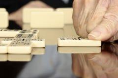 Anziani che giocano i domino Fotografia Stock