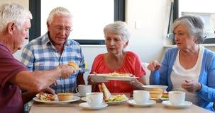 Anziani che mangiano prima colazione archivi video