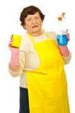 Anziani che mostrano i prodotti di pulizia Immagini Stock
