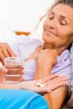 Anziani che prendono le pillole Fotografia Stock