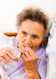 Anziani che prendono le pillole Immagine Stock Libera da Diritti
