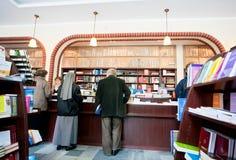 Anziani che scelgono un libro nella libreria della comunità cattolica Fotografie Stock Libere da Diritti