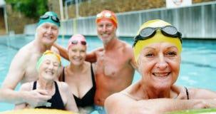 Anziani che sorridono nella piscina archivi video