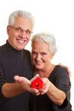 Anziani con la casa Fotografie Stock Libere da Diritti