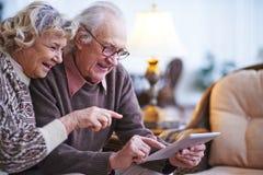 Anziani con la compressa digitale Immagine Stock Libera da Diritti