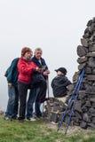 Anziani con la mappa e bambino che fa un'escursione all'aperto Fotografia Stock Libera da Diritti
