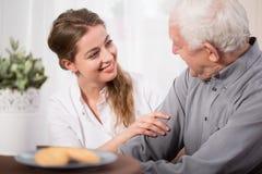 Anziani d'aiuto immagini stock libere da diritti