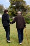 Anziani d'assistenza e d'aiuto immagini stock libere da diritti