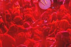 Anziani della società, cantanti per Holi al tempio di Radha Rani, Barsana, India fotografia stock libera da diritti