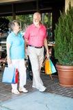 Anziani di acquisto - passeggiando Fotografie Stock Libere da Diritti