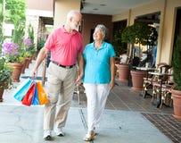 Anziani di acquisto - trasportare i suoi sacchetti Immagini Stock Libere da Diritti