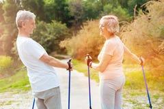 Anziani felici che se esaminano Immagine Stock