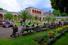 Anziani insieme in parco - generazione futura europea Fotografia Stock Libera da Diritti