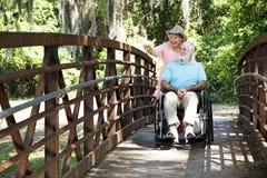 Anziani invalidi in sosta Fotografie Stock Libere da Diritti