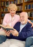 Anziani in libreria Immagini Stock