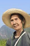 Anziani locali con un cappello come protezione del sole, Yangshuo, Cina Fotografia Stock