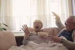 Anziani scossi dalla TV immagini stock