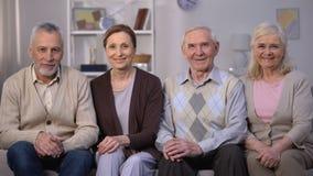 Anziani sorridenti che mostrano i pollici su alla macchina fotografica, miglioramento sociale di riforma video d archivio