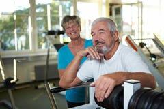 Anziani sorridenti in ginnastica Immagini Stock
