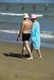 Anziani sulla spiaggia Fotografie Stock Libere da Diritti