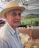 Anziano al mercato del formaggio Fotografia Stock Libera da Diritti