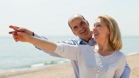 Anziano anziano con la donna matura alla vacanza della spiaggia Immagine Stock