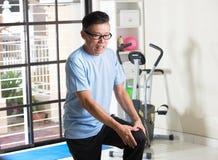 Anziano asiatico con la ferita al ginocchio Immagini Stock