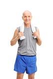 Anziano attivo che trasporta un asciugamano il suo collo Fotografia Stock Libera da Diritti