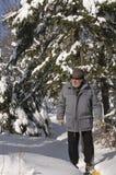 Anziano attivo con gli snowshoes fotografie stock libere da diritti